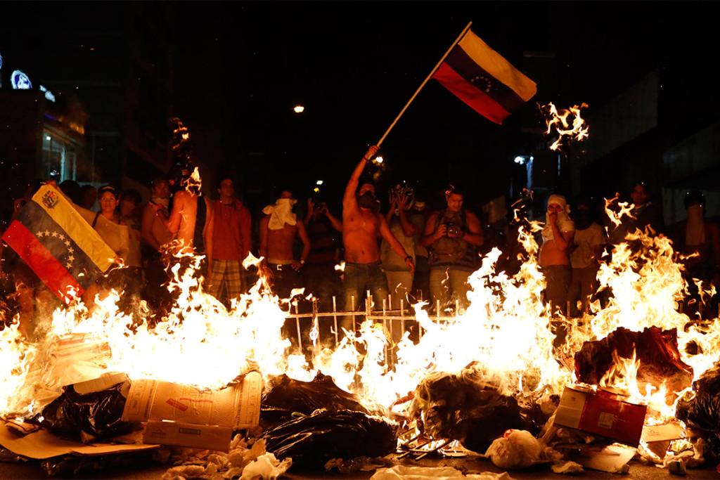 2014 brennt nicht nur die Luft in der venezolanischen Hauptstadt Caracas. Während blutiger Proteste sterben über 40 Menschen, der Großteil darunter geht auf das Konto der Demonstranten.