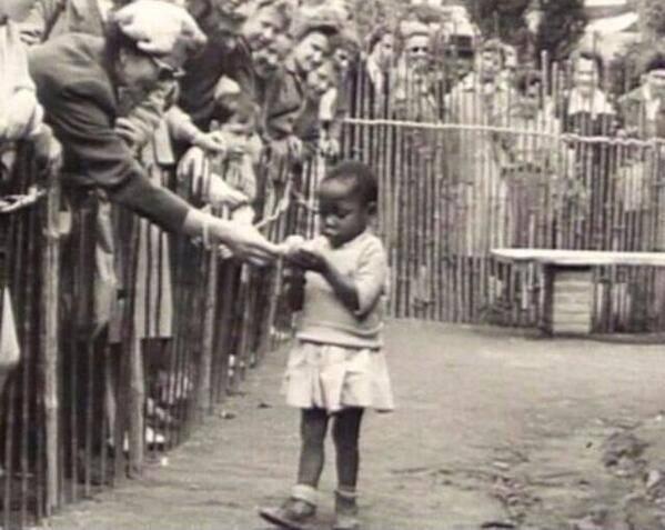 Ein Mädchen aus Afrika in einem Menschenzoo, 1958 in Brüssel.