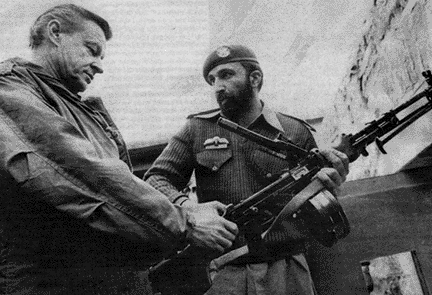 US-Sicherheitsberater Zbigniew Brzezinski trifft sich 1981 mit Osama bin Laden in Pakistan. By Boris Lu licensed under CC BY 2.0