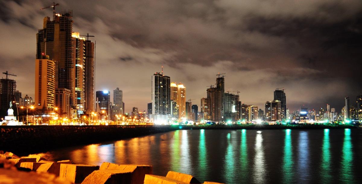 Das Bankenviertel in Panama City. Das kleine Land in Zentralamerika gilt als eine der aktivsten Steueroasen weltweit. By Charlie Leu licensed under CC BY-NC-ND 2.0.