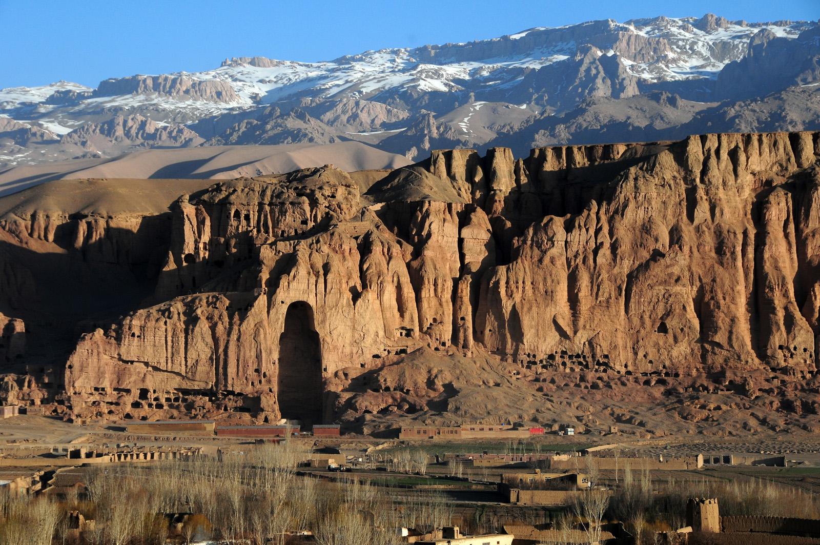 In der riesigen Lücke in der Felswand stand eine der 1.500 Jahre alten Buddha-Statuen, die unter Aufsicht des heutigen Taliban-Führers Akhundaza 2001 gesprengt wurden. By Afghanistan Matters licensed under CC BY 2.0.