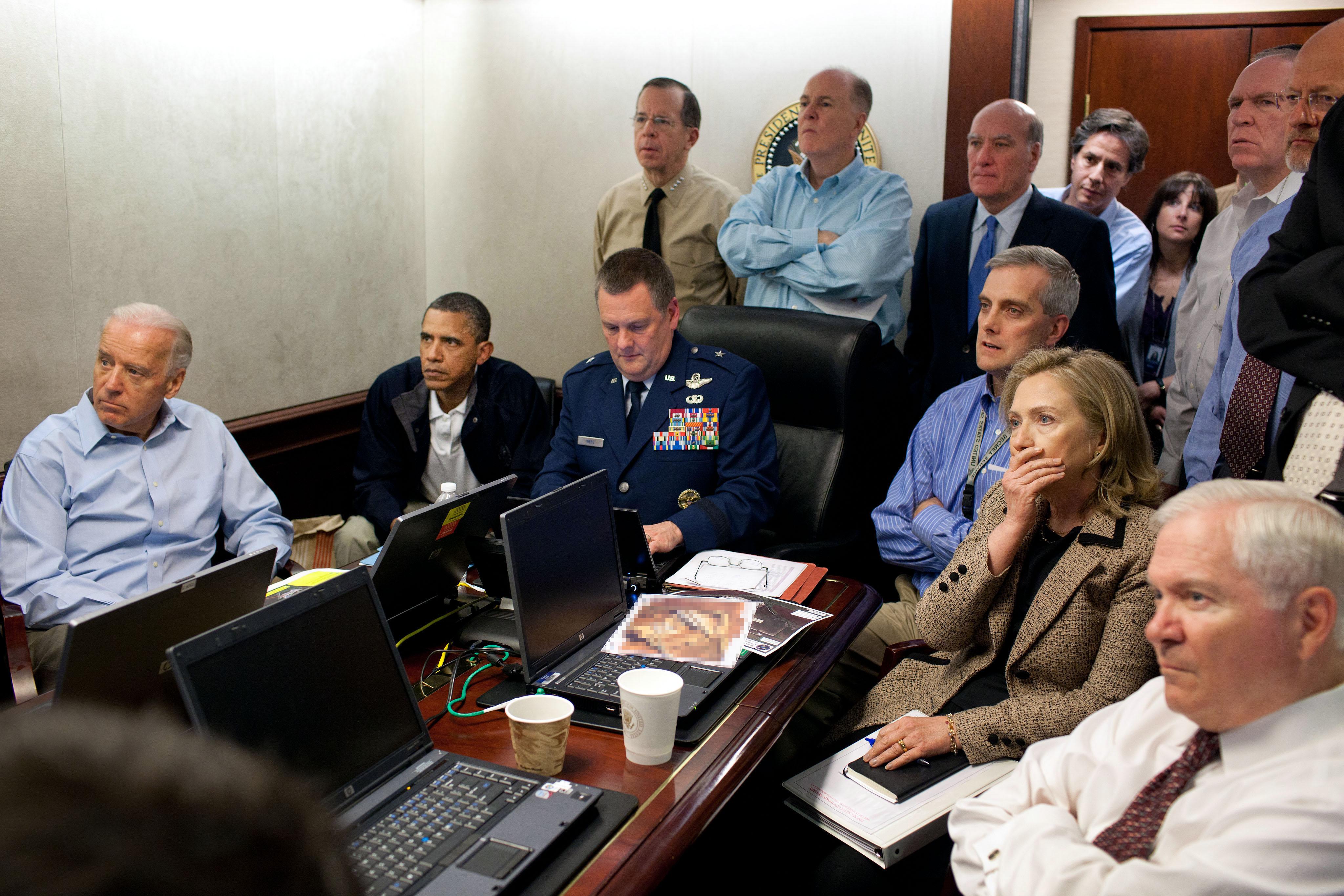 Obwohl wir eigentlich nur sehen, wie eine Gruppe Menschen entsetzt in die Ecke eines Raumes starrt, wurde dieses Foto weltweit als der ultimative Beweis für die Exekution bin Ladens angesehen. Published under public domain.