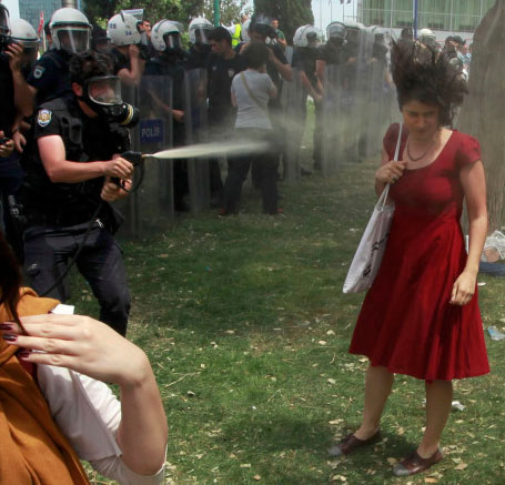 Ein Foto, das um die Welt ging. Proteste in Istanbul 2013. By Osman Orsal, Reuters, published under a fair-use license.