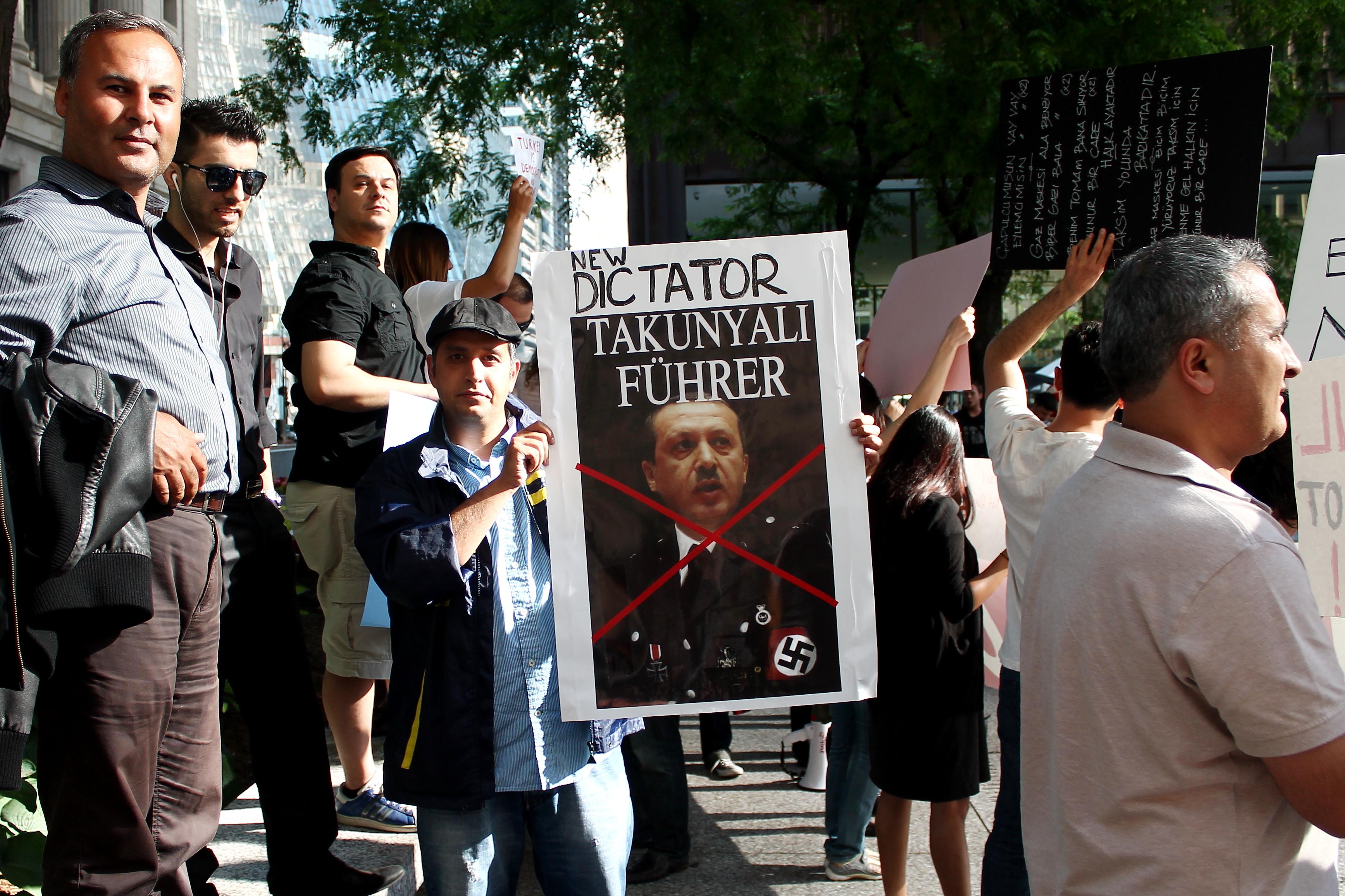 Auch in der türkischen Diaspora kam es 2013 zu heftigen Protesten gegen Präsident Erdoğan. Hier bei einer Demo in Chicago. By Ceyhun (Jay) Isik, flickr, licensed under CC BY-SA 2.0.