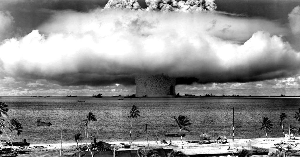 Zwischen 1946 und 1958 zündeten die USA 67 Atombomben auf den Marshallinseln. Hier zu sehen ist die Unterwasser-Explosion vor dem Bikini-Atoll am 25. Juli 1946, Operation Crossroads. Der längliche schwarze Fleck am rechten Rand der Wassersäule ist ein Kriegsschiff, das in den Sog gezogen wurde. By ROBERT HUFFSTUTTER, flickr, licensed under CC BY 2.0.