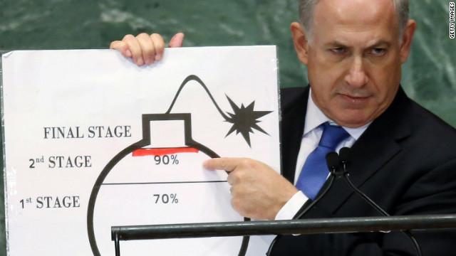 """Israels Ministerpräsident Netanyahu erklärt der Welt bei seiner Rede vor der UN-Generalversammlung 2012 anhand der Zeichnung einer """"Bombe"""" die Gefahren des iranischen Atomprogramms. By mpeake, flickr, licensed under CC BY-ND 2.0."""