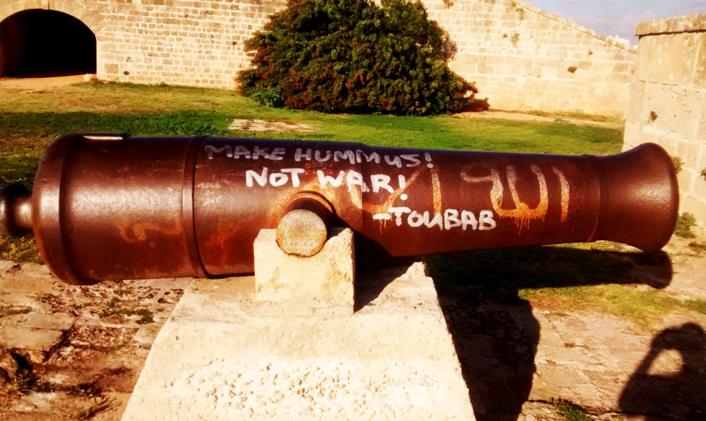 """MAKE HUMMUS NOT WAR!"" – gefunden in Akko, Israel. By Jakob Reimann, licensed under CC BY-NC 2.0."