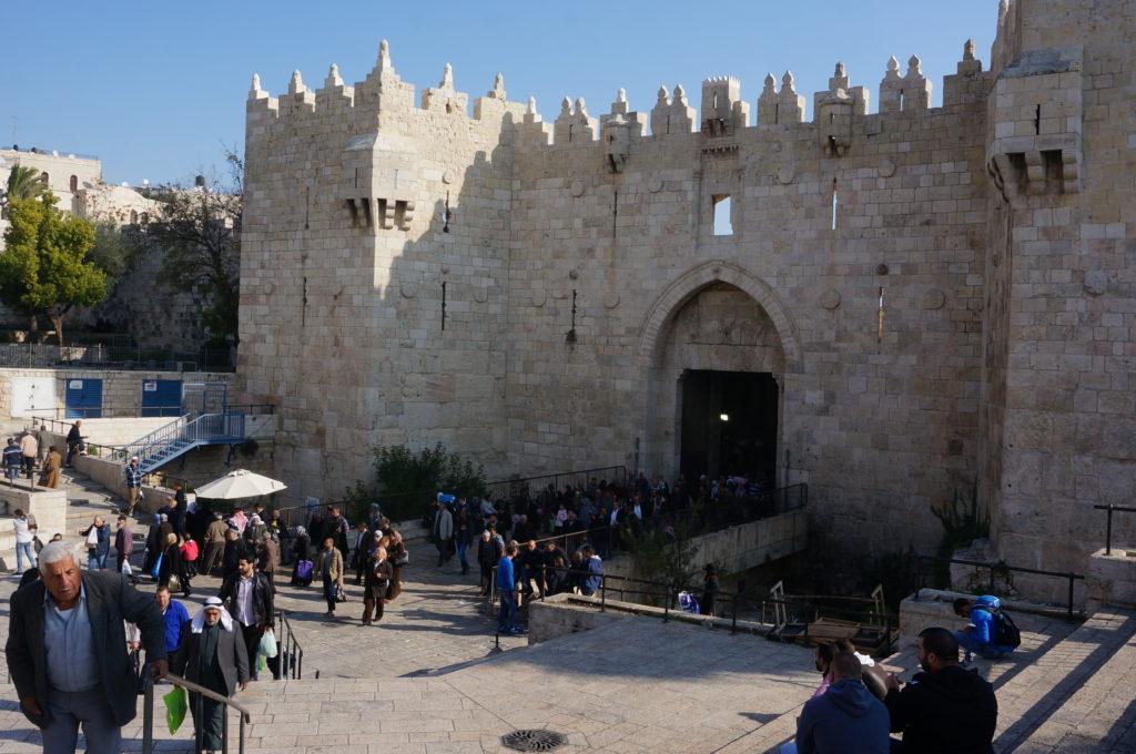 Das Damascus Gate im palästinensischen Ost-Teil von Jerusalem ist des Öfteren Schauplatz von blutigen Auseinandersetzungen zwischen Palästinensern und israelischen Sicherheitskräften. Freundlicherweise zur Verfügung gestellt von Masato Tanaka, licensed under CC BY-NC 2.0.