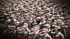 Uniform heißt Unterordnen